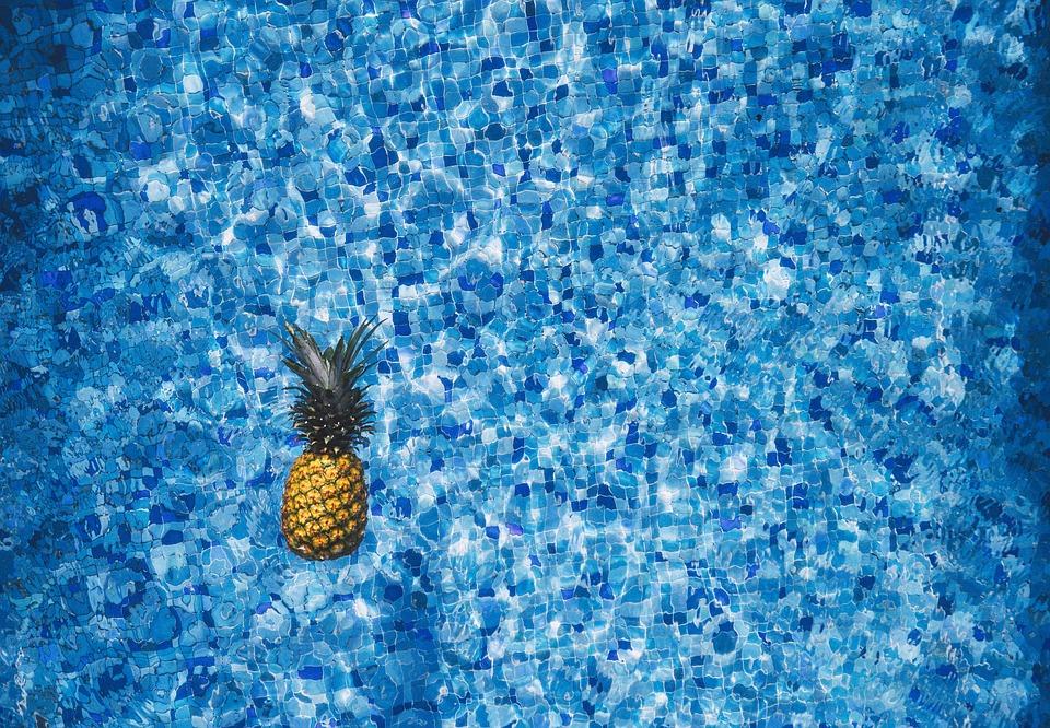 ananas na hladině