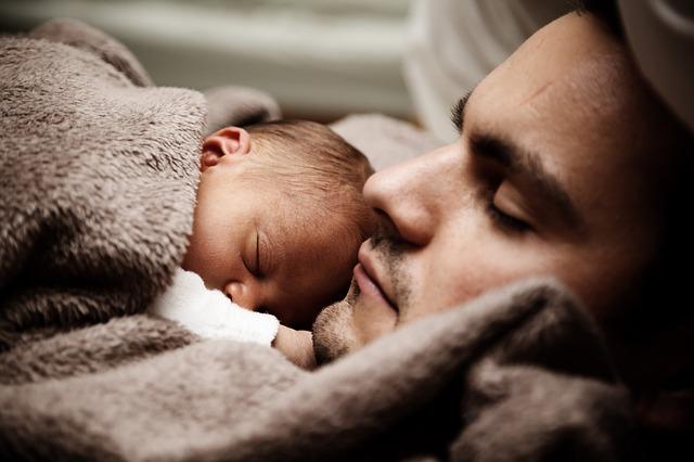 spící novorozeně na otci