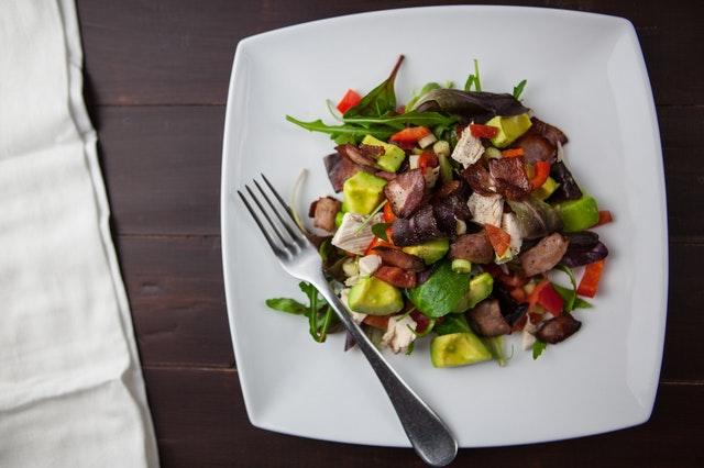 zelenina na čtvercovém talíři
