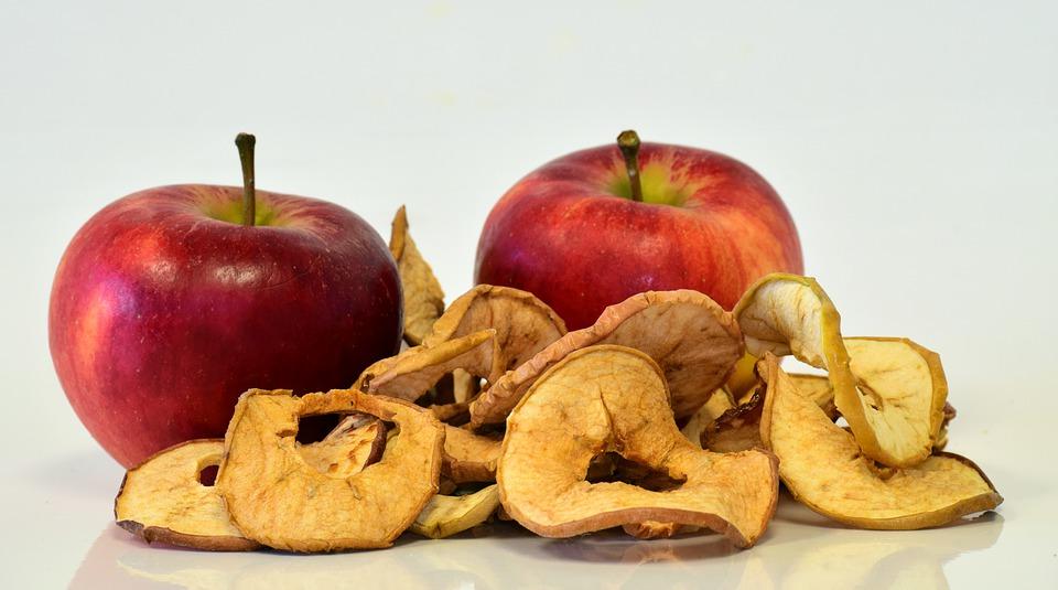 jablka a sušené jablečné plátky
